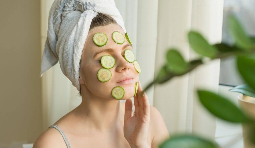 evde yüz maskesi salatalık maskesi